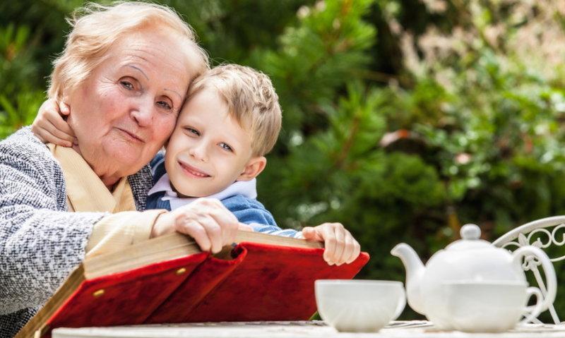 Дряхлая бабуля с внуком