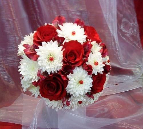Доставка киев, букет невесты красные розы и хризантемы
