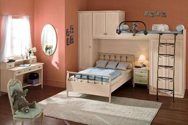 Оригинальное решение для маленькой спальни.