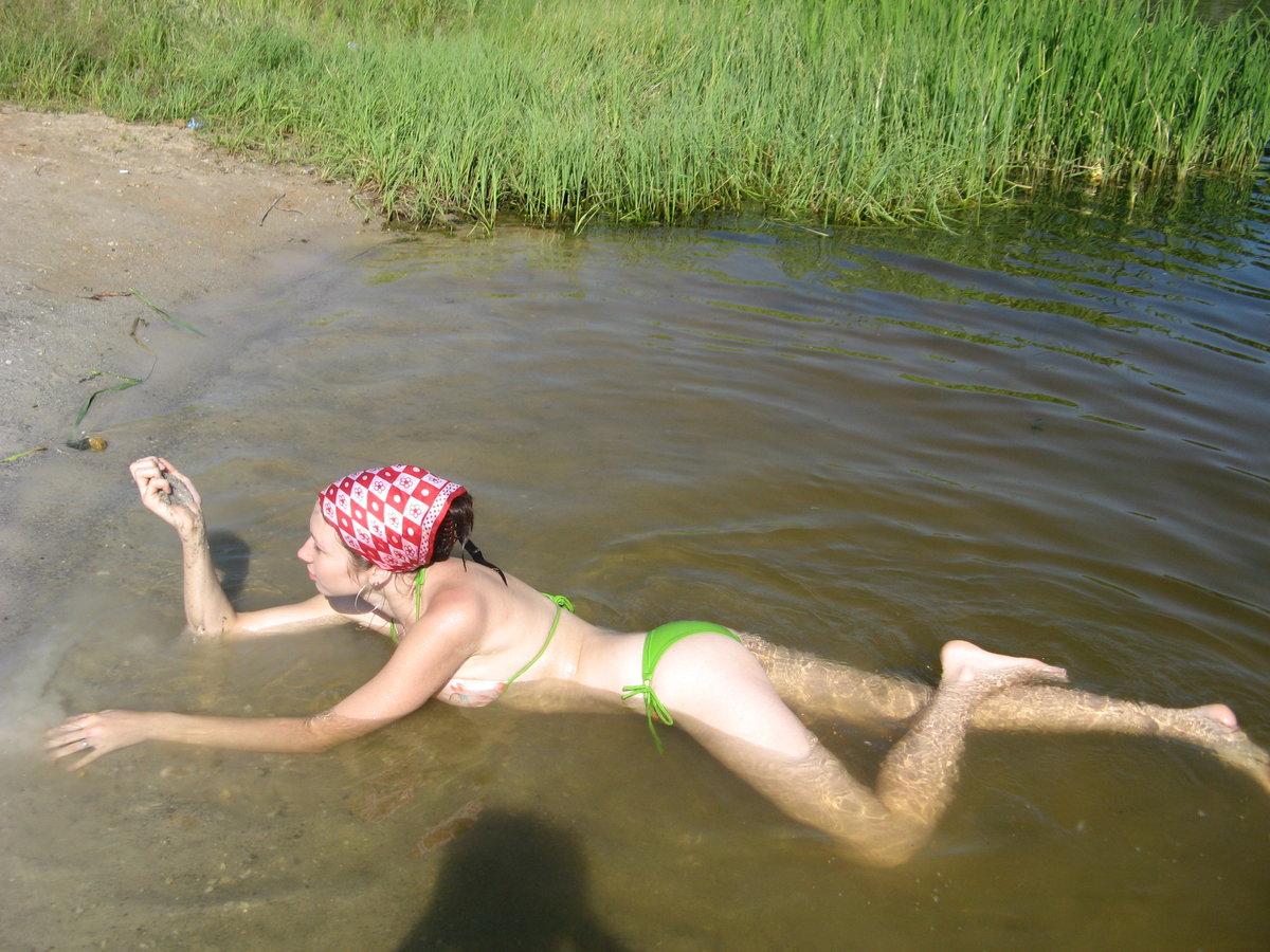 Телочки купаются в озере, Девки купаются на речке голые -видео. Смотреть 6 фотография