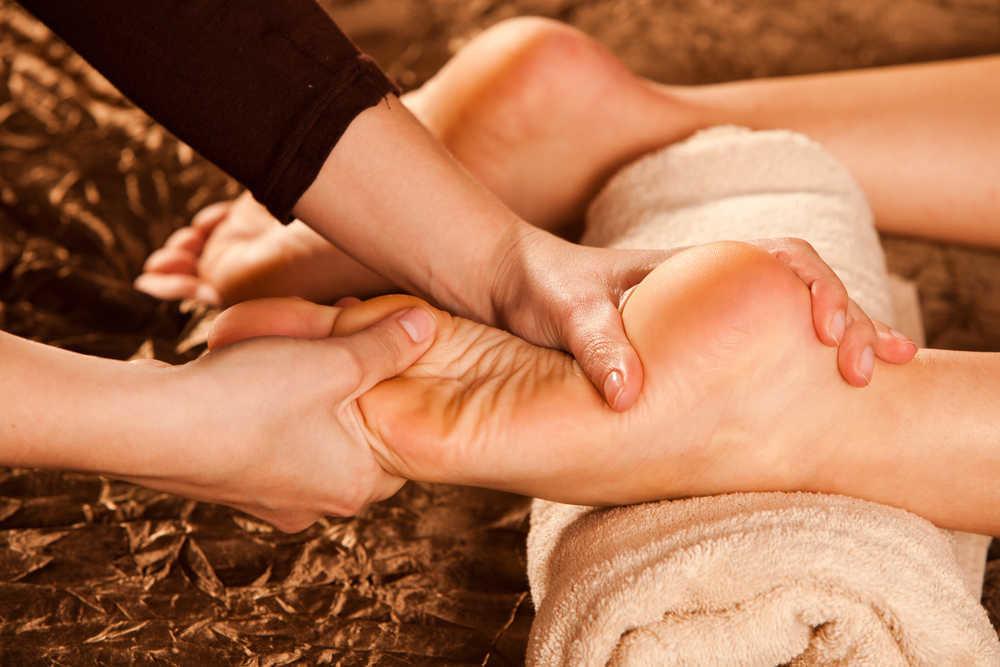 Разновозрастной видео массаж ног пожилым женщинам видео порно