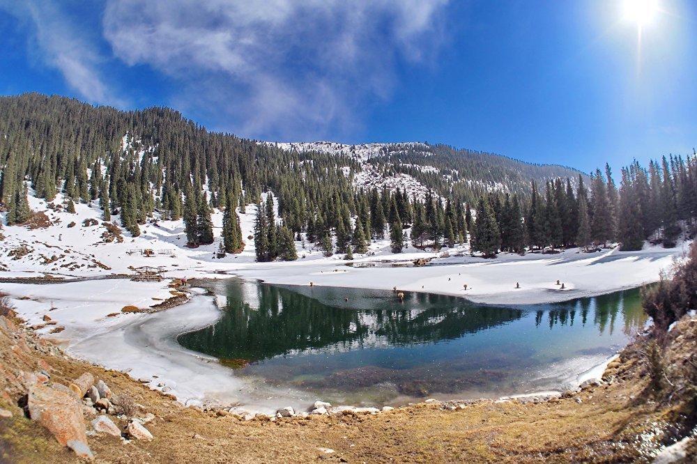 Необыкновенно красивое зелено-изумрудного цвета озеро Суттуу-Булак находится в Иссык-Кульской области