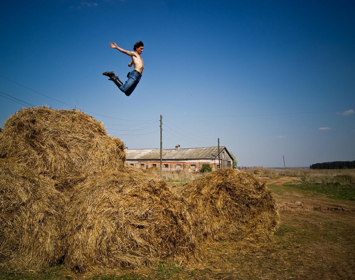 интересно, смешное фото мужик на стоге сена имеет статус памятника