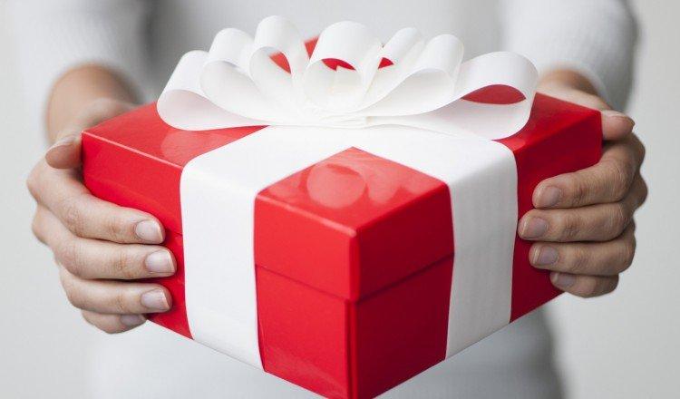 Красная коробка с бантом