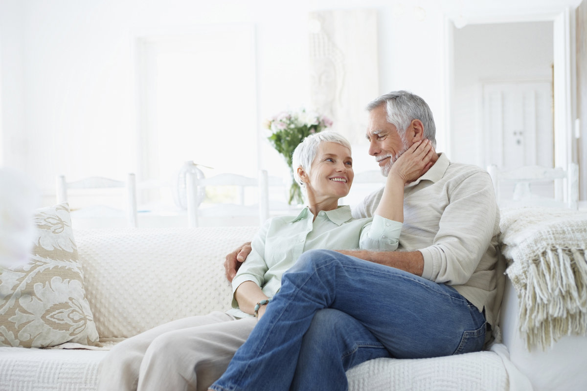 Молодая с пенсионером на диване