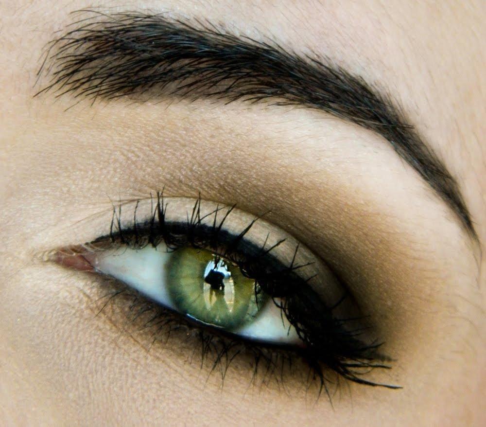стоит зеленые глаза фото или картинка время прохождения внедорожья