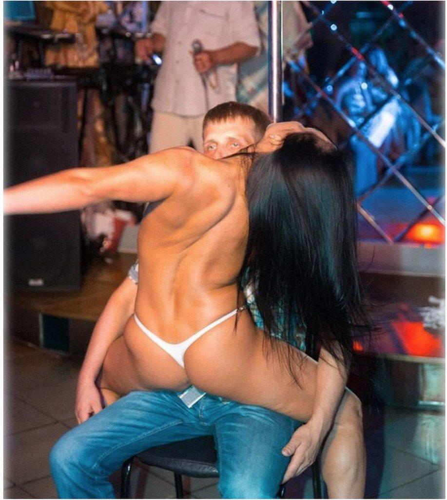 девушка после бассейна танцует парню стриптиз том состоянии