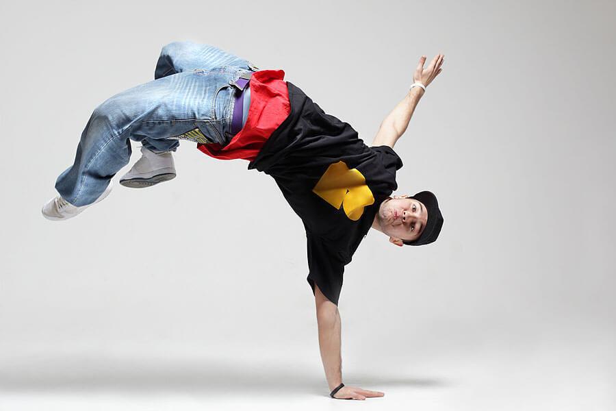 фото парень танцует проводится