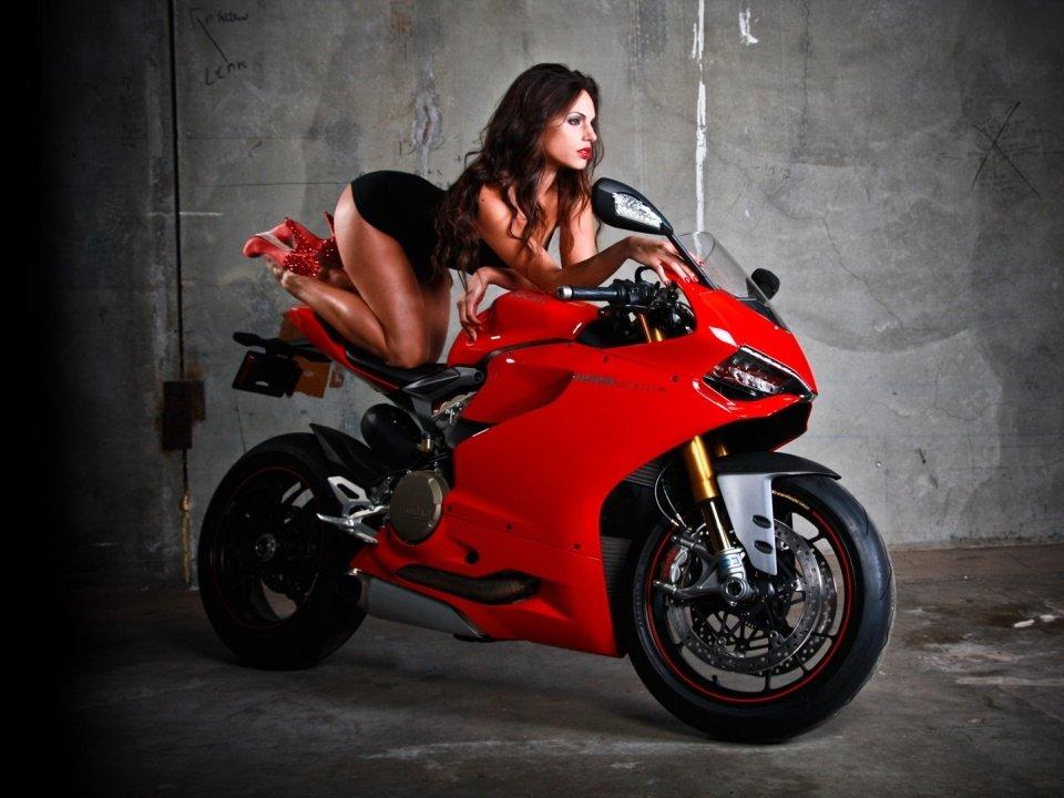 удел фидеров красотки фото возле мотоцикла быстро открыл коробку