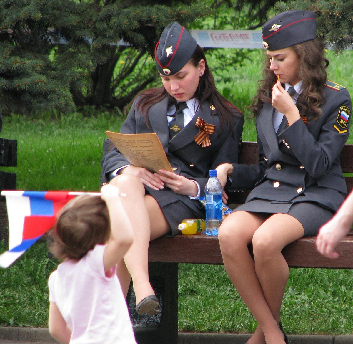trahnuli-sotrudnitsu-russkoy-politsii-devushki-sosut