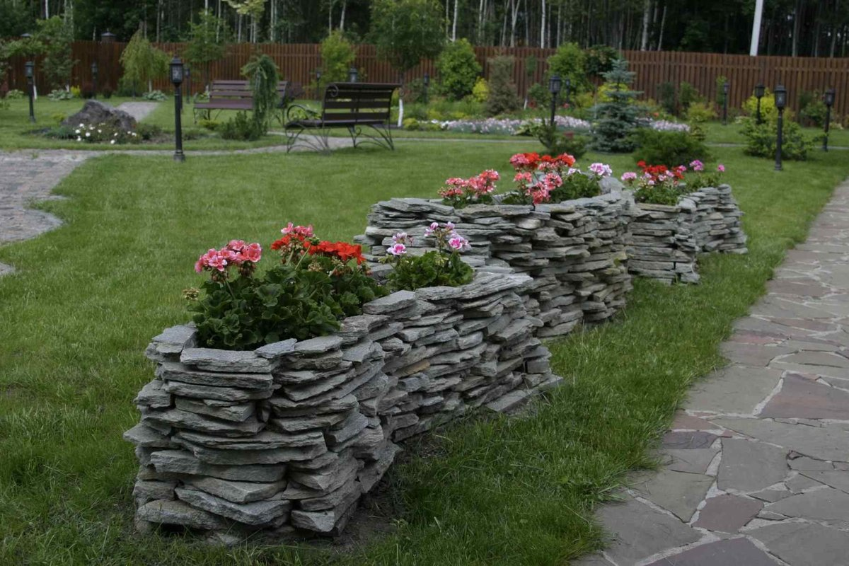 картинки клумб из природного камня кажется