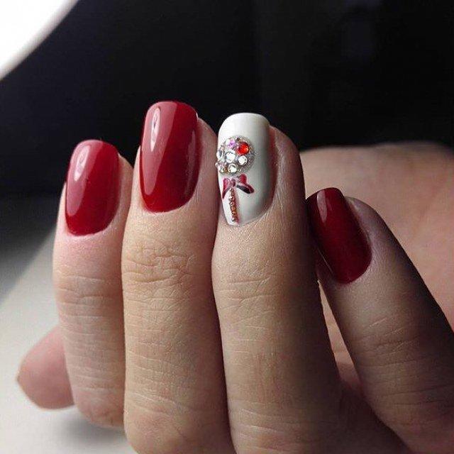 Эффектный маникюр с красным и белым лаком смотрится привлекательно и слегка дерзко.