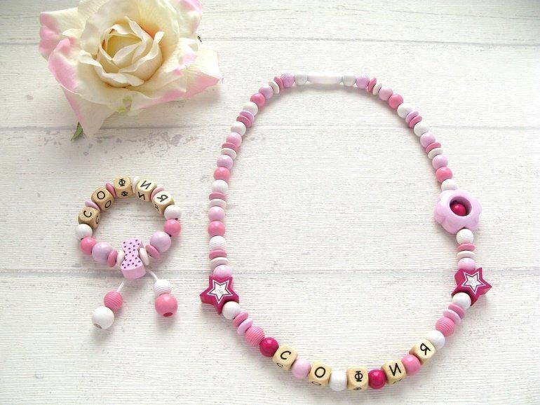 Именные браслеты, выполненные из бисера, станут замечательным подарком, своего рода оберегом для близкого друга или родственника.