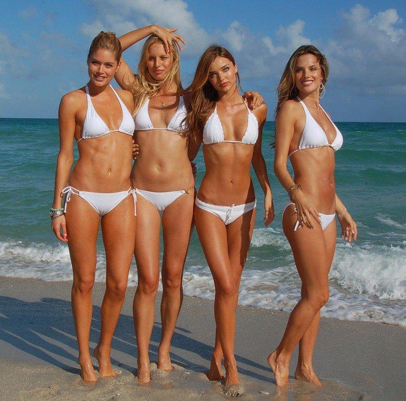 australian-beach-girls-girl-looking-at-penis