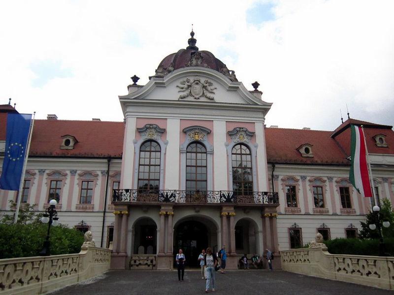 Гё́дёллё - это королевский дворец в 25 км от Будапешта, на венгерском он называется Királyi Kastély.