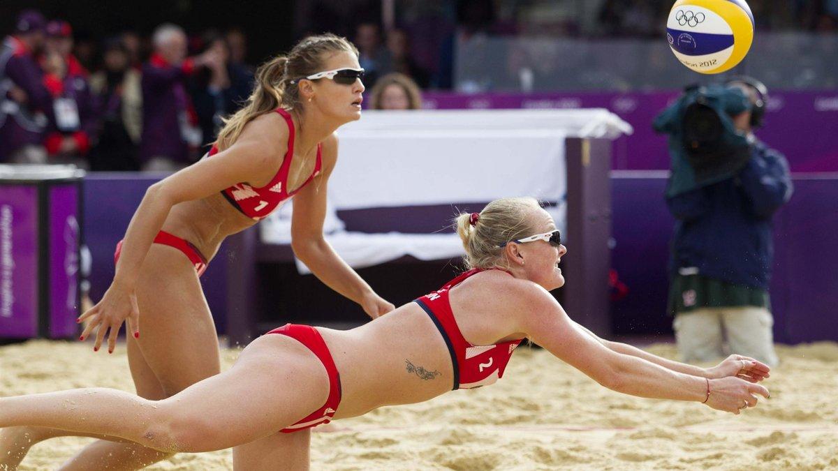 Телка на волейболе, Девчонки устроили обнаженный волейбол на пляже 14 фотография
