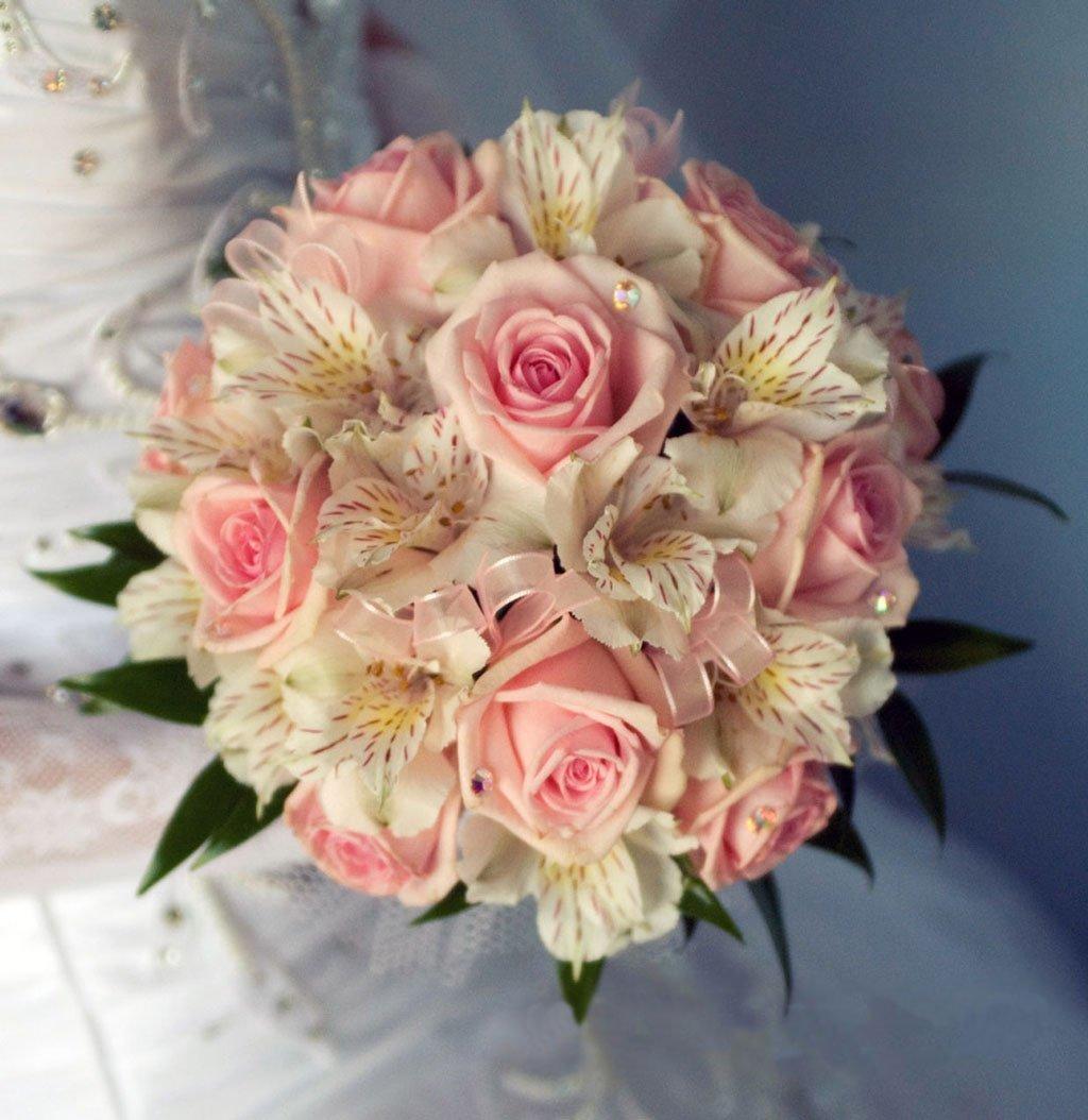 Свадебный букет из белой альстромерии и роз