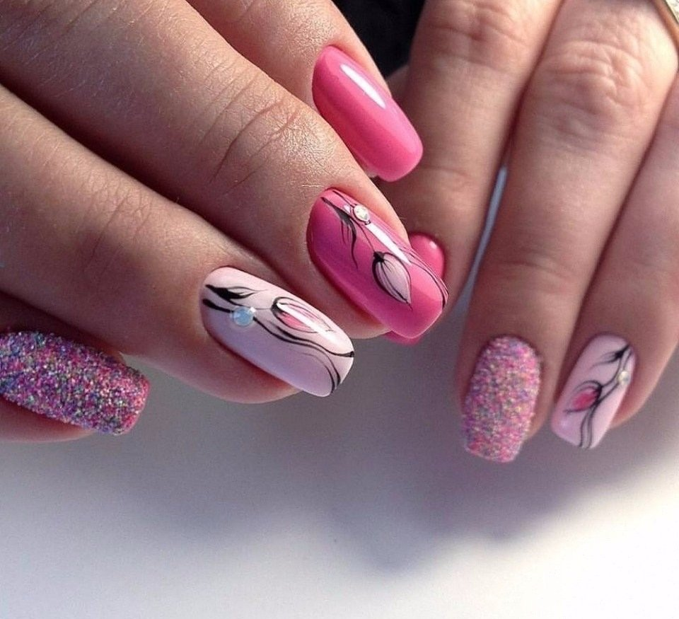 Необязательно все ногти оформлять подобным образом, чтобы выделяться, достаточно будет сделать подобный дизайн только на безымянных пальцах.