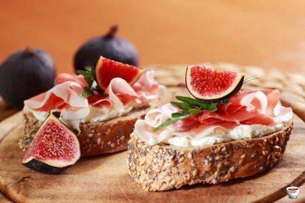 Итальянский рецепт бутерброда с мягким сыром, прошутто и инжиром