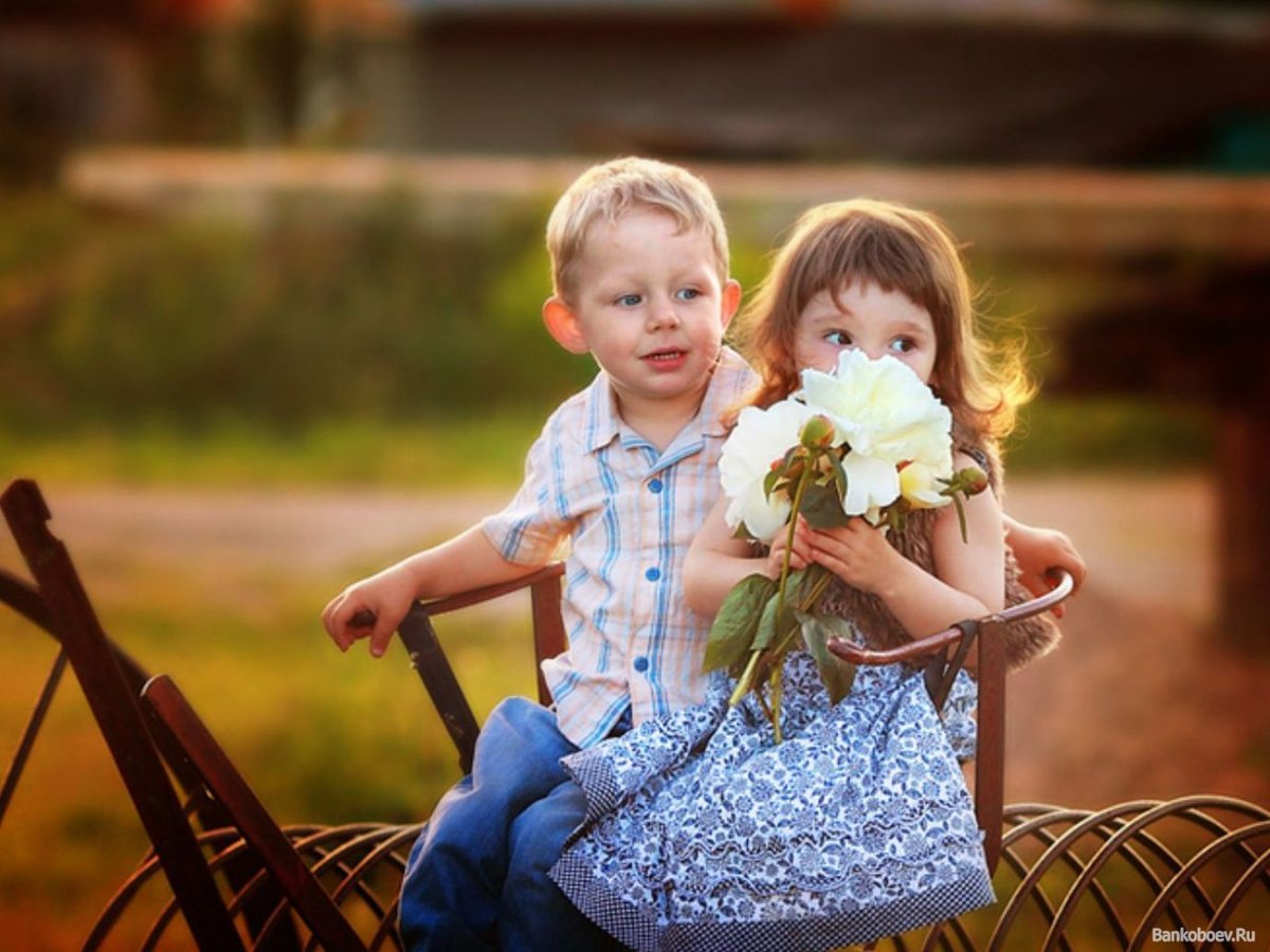 Мальчик дарит девочке цветы картинки, первый снегом открытка