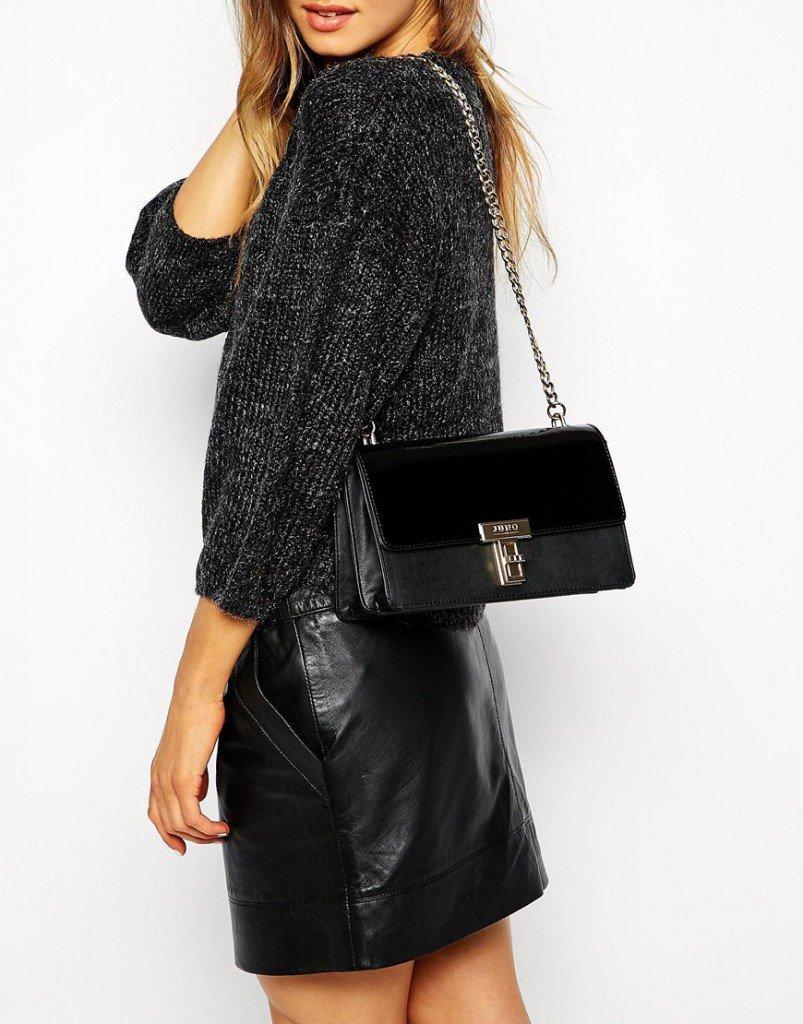 15a8ee8f7d73 ... Классическая маленькая черная сумочка с ремешком в виде цепочки и сочетанием  двух видов отделки кожи -