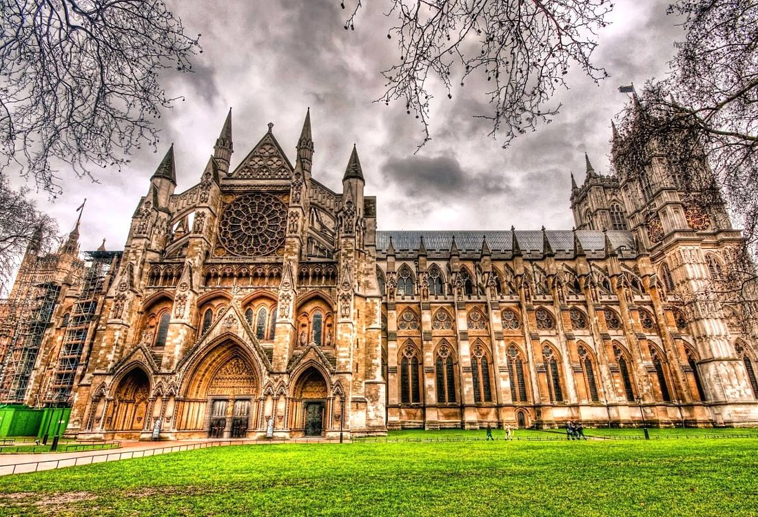 the churches with gothic style of architecture The radiant style of the high gothic age such as amiens and more notably sainte-chappelle, dominant in the second half of the 13th century and associated with the french royal court of louis ix at paris.