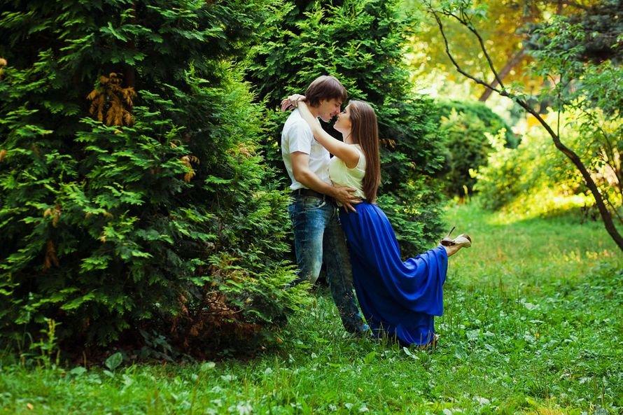Видео молодая пара в лесу