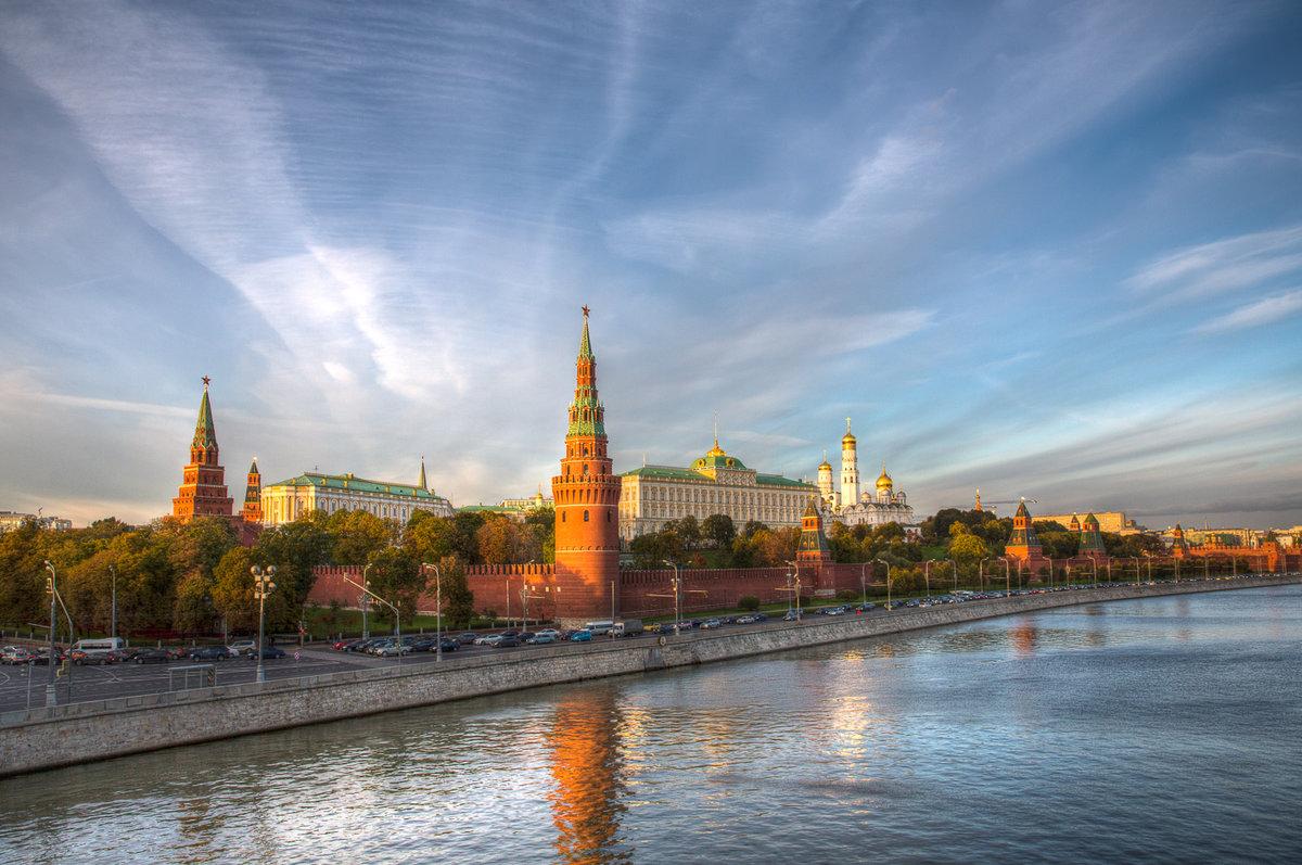 Кремль на фоне реки фото обои
