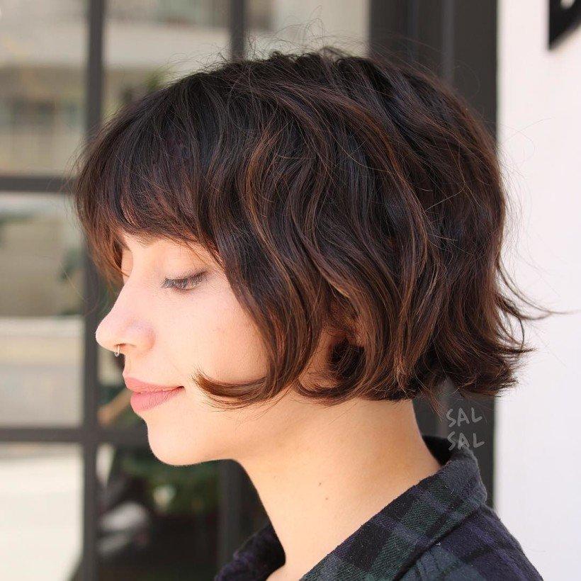 Чтобы не повредить структуру волос и получить в итоге желаемый светлый оттенок, высветлять волосы нужно постепенно, раз за разом окрашивая их на три тона светлее.
