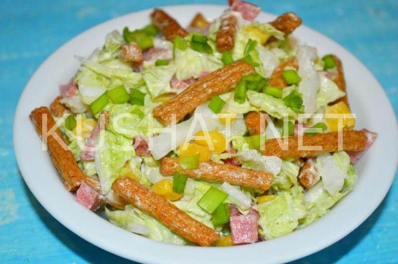 салат с сухариками и колбасой и пекинской капустой
