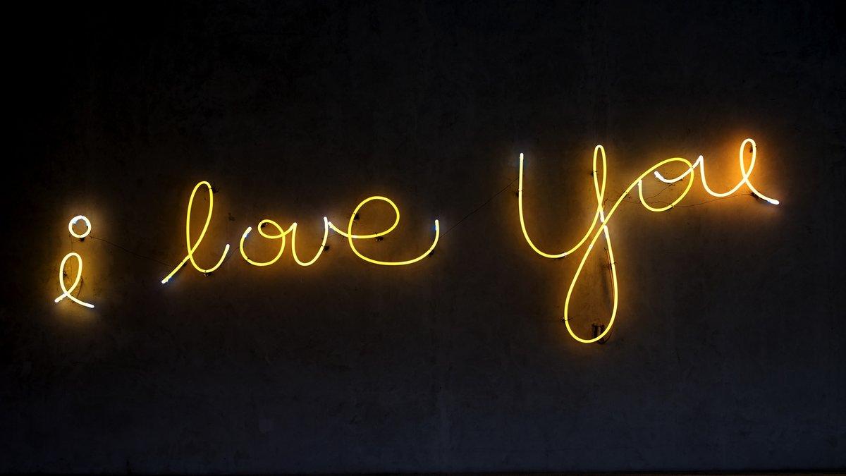 Картинка с черным фоном с надписью я тебя люблю
