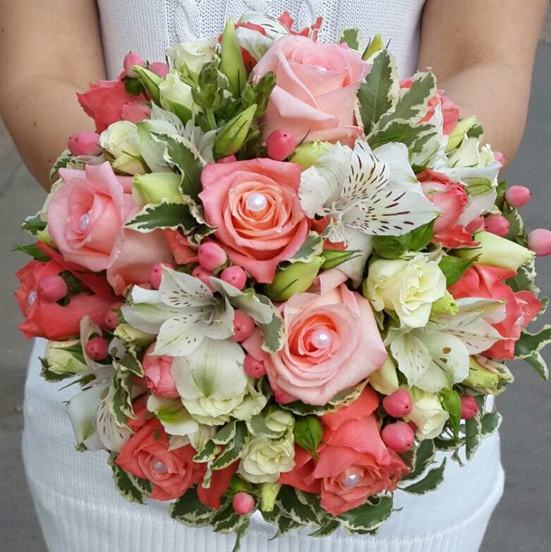 Цветов александрия, классический букет невесты из роз и альстромерии