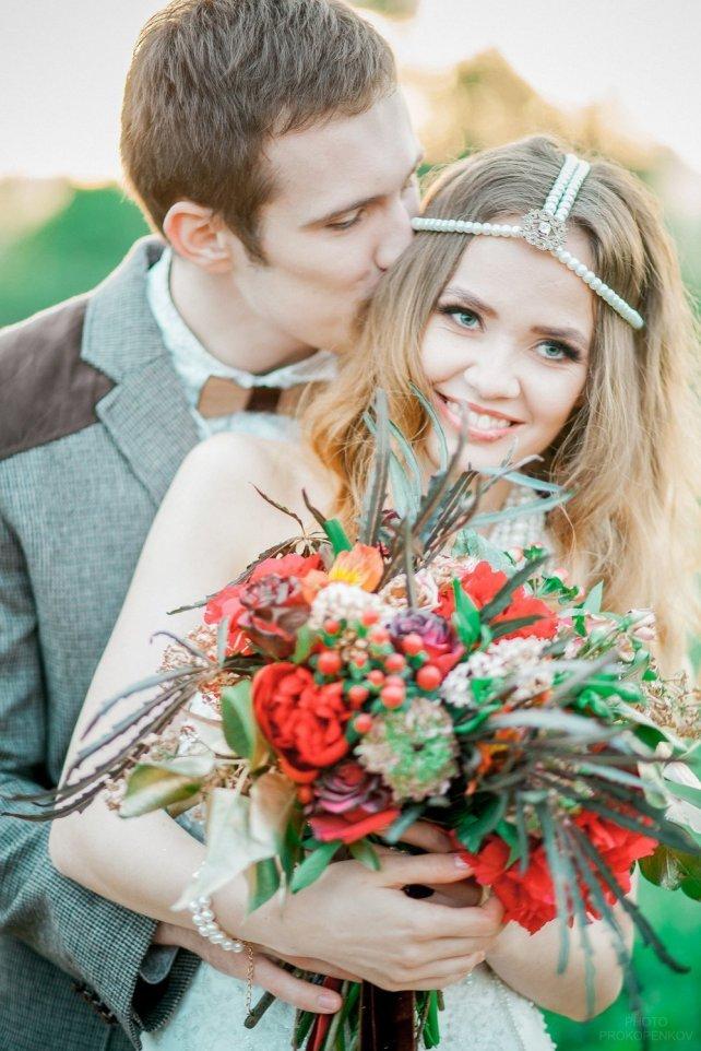 Интересная идея макияжа, который будет гармонировать с ярким осенним букетом и белоснежным свадебным платьем.