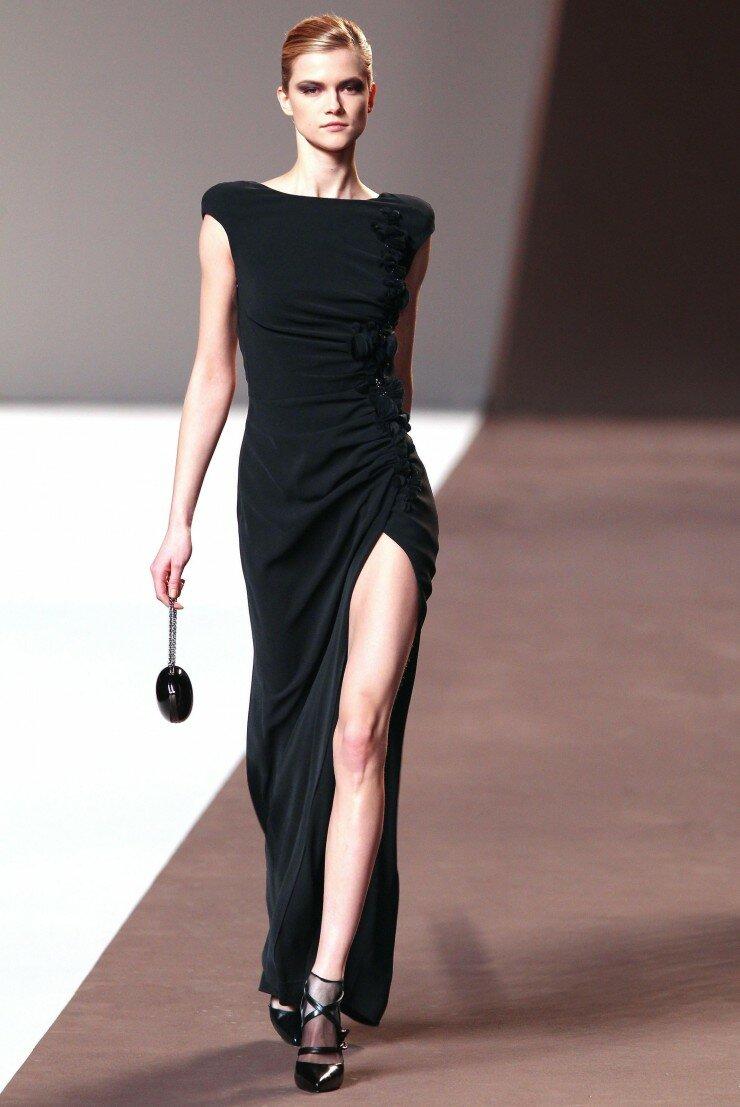 Длинное платье-футляр с разрезом