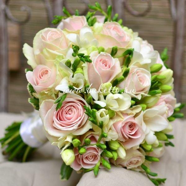 Белый свадебные букеты из роз и фрезий, маленьких медвежатами цена