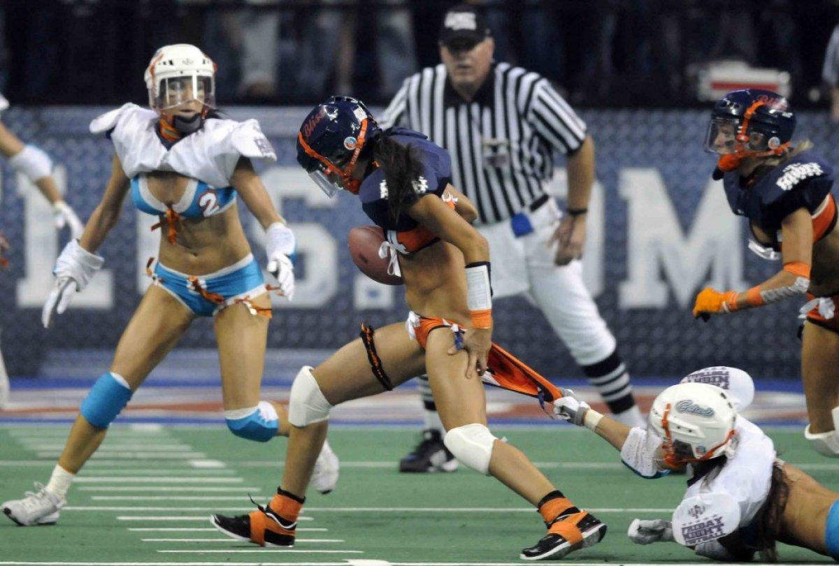 Засвет нижнего белья в женском футболе, фото спортивных задниц