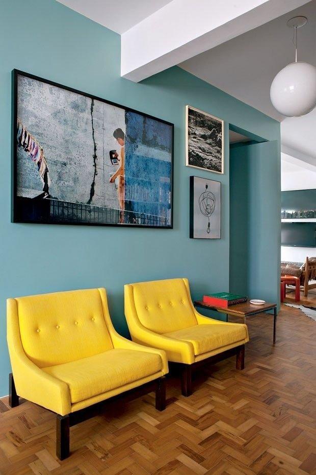 Аккуратно оформленные стены в мятном оттенке - настоящая изюминка для гостиной