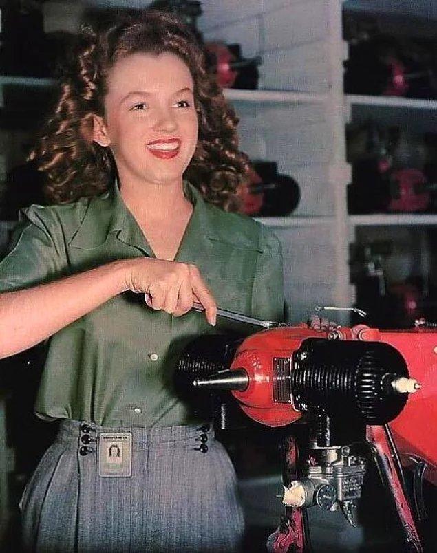 Норма Джин Бейкер, которыя вскоре будет известна, как Мэрилин Монро, на заводе Van Nuys CA.