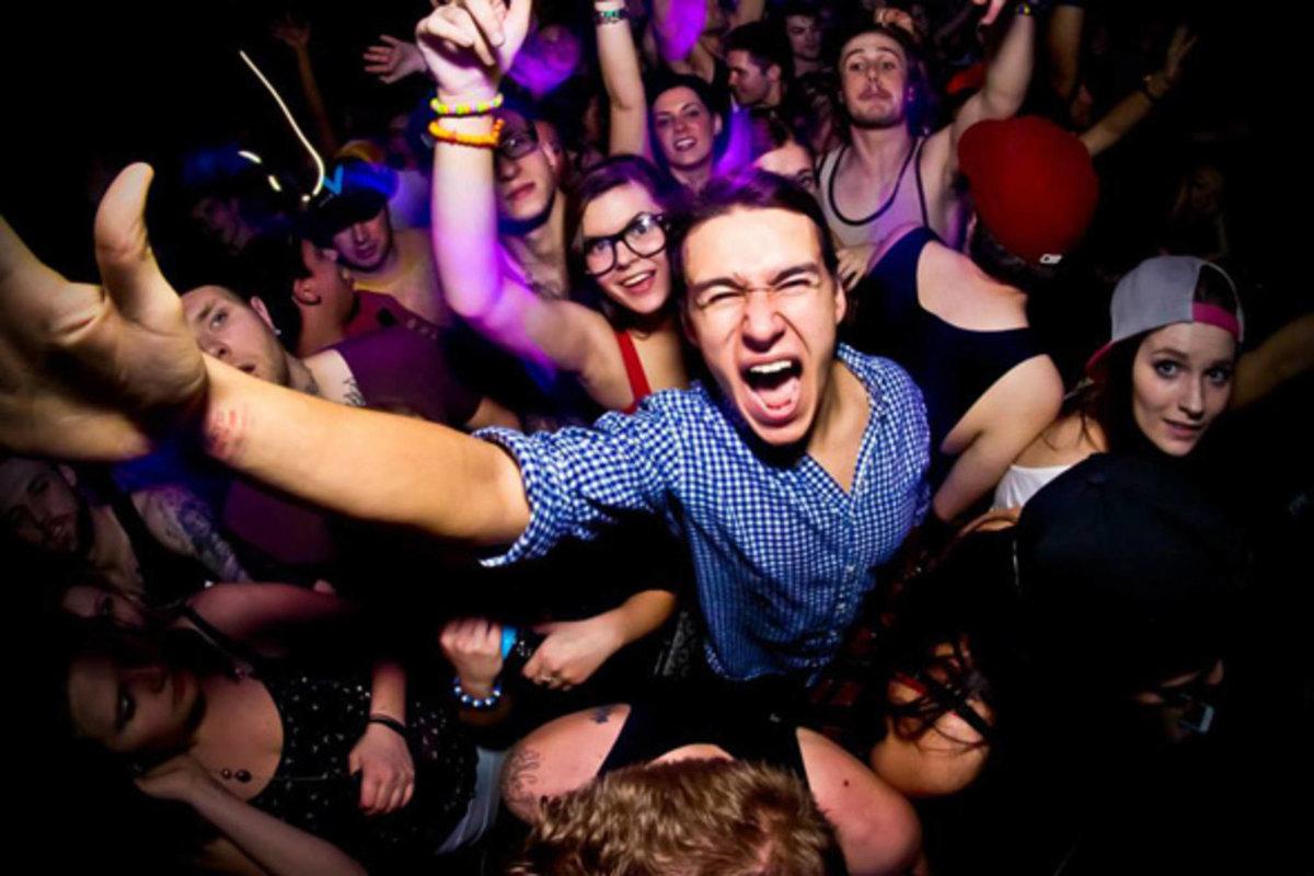 студенты отрываются в ночном клубе образом для