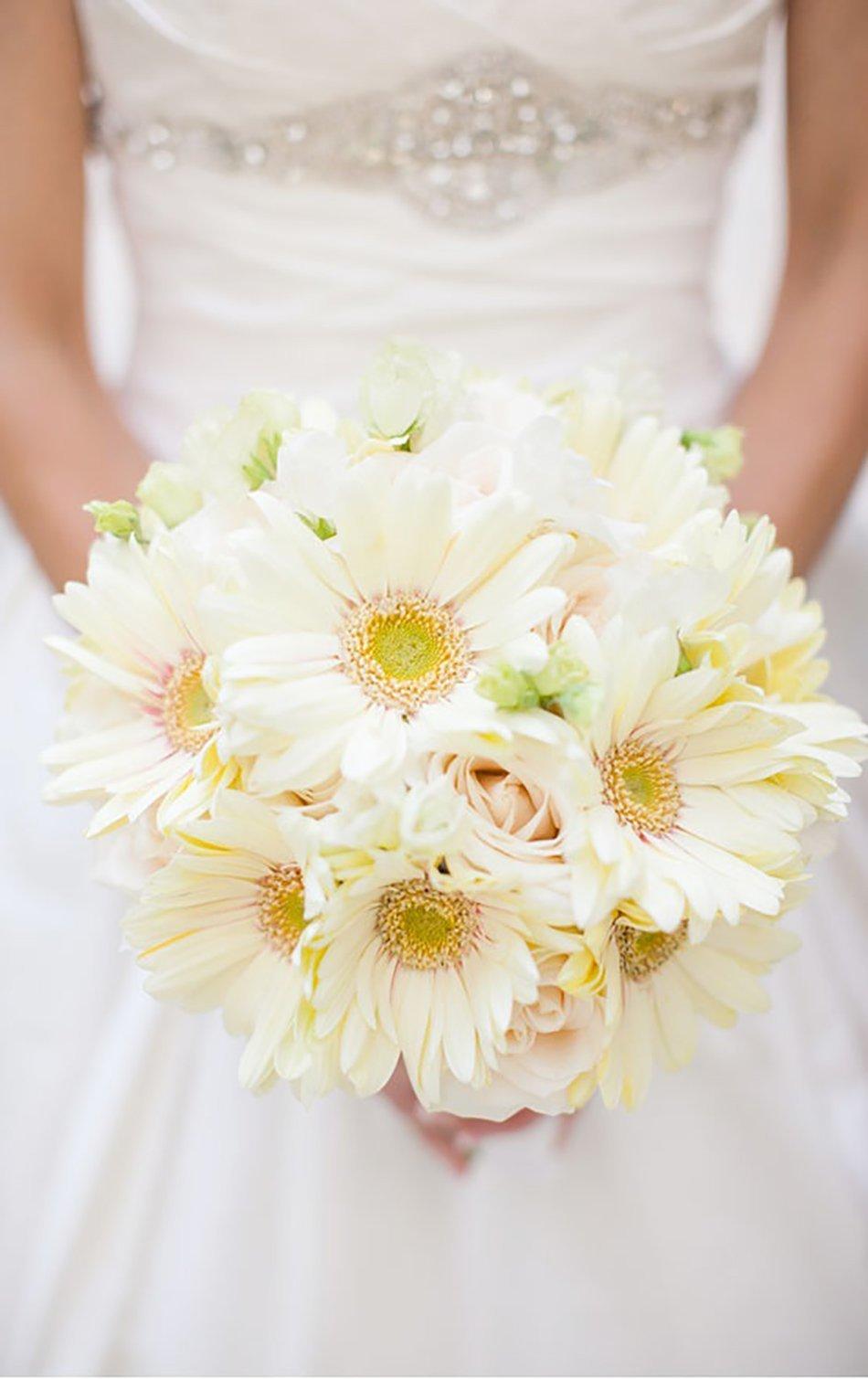 Букет невесты из ромашек, гербер, роз