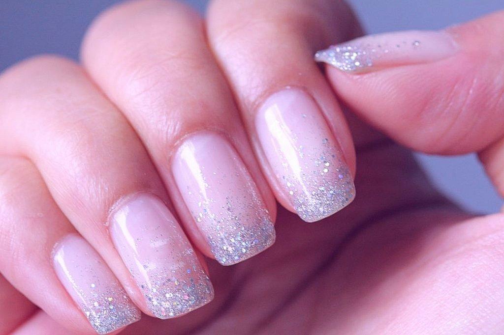 Блестящий маникюр, дизайн ногтей с лаком, гель-лаком и шеллаком с блестками на короткие и длинные ногти, самые красивые идеи: розовый, красный, черный, синий с блестками и другая цветовая растяжка.