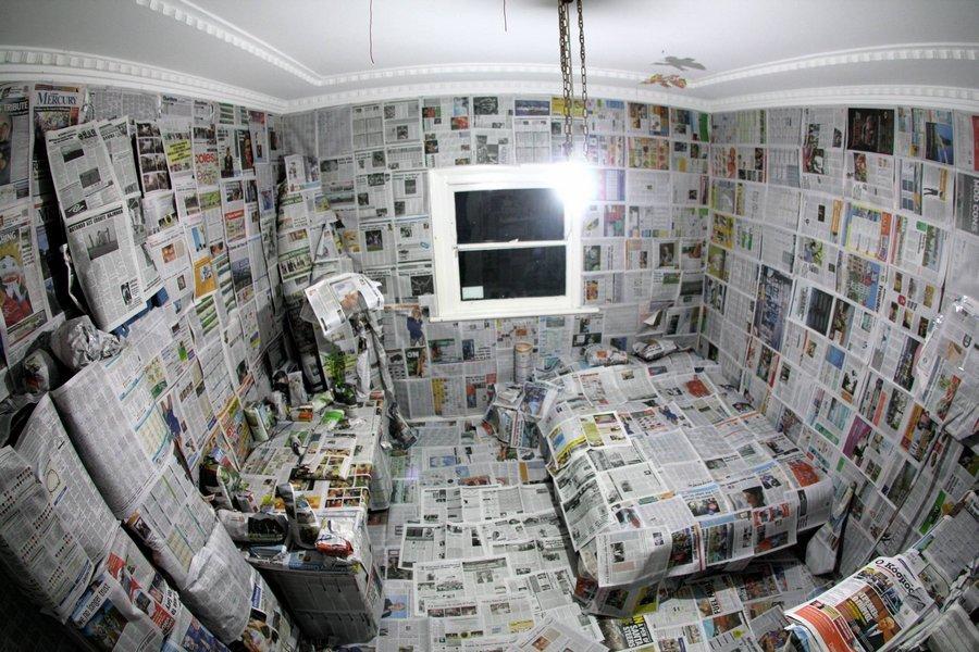 Комната с газетами