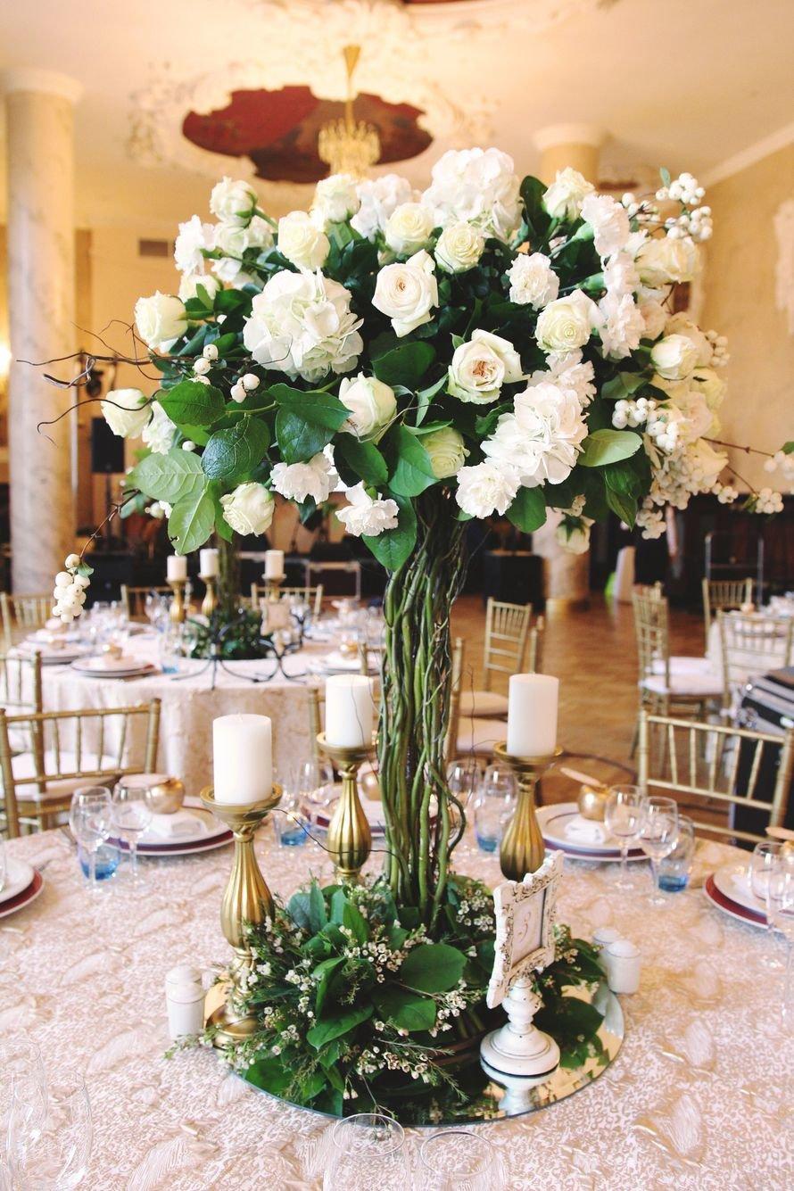С какой стороны вешают цветы на свадьбу