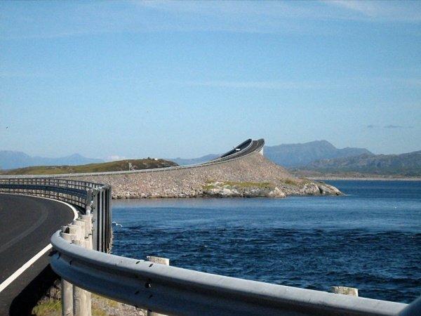 Сторсезандетский мост в Норвегии построен таким образом, чтобы создавать у приближающихся к нему иллюзию не моста, а трамплина, с которого можно вместе с автомобилем нырнуть в ледяную морскую воду.