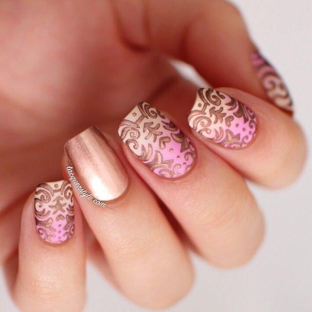 Розовый цвет во все времена ассоциировался с цветом розы – прекрасного женственного цветка, занимающего царственное положение. И если ногти девушки напоминают лепестки розы, значит, она будет производить впечатление свежей нежности и красоты.