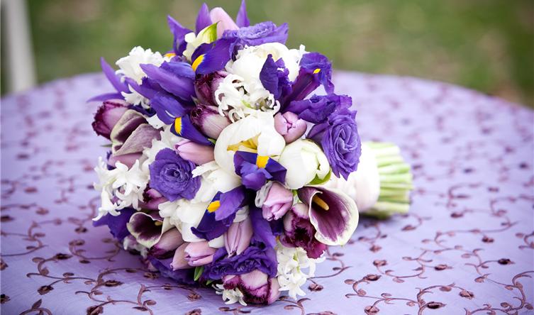 Цветов москва, букет на свадьбу из белых тюльпанов и ирисов