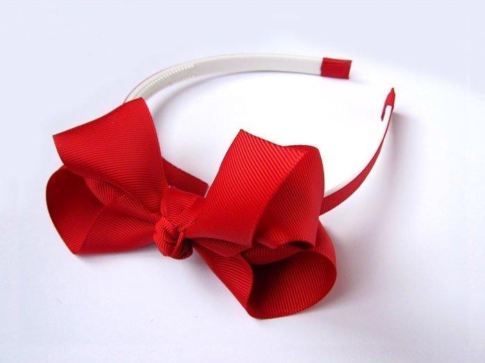 Начните оборачивать ниткой пластиковый обруч, чтобы не было просветов.