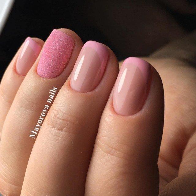Нежный розовый французский маникюр с глиттером на безымянном пальце (короткие ногти, френч с акцентом на одном ногте, аккуратный маникюр)