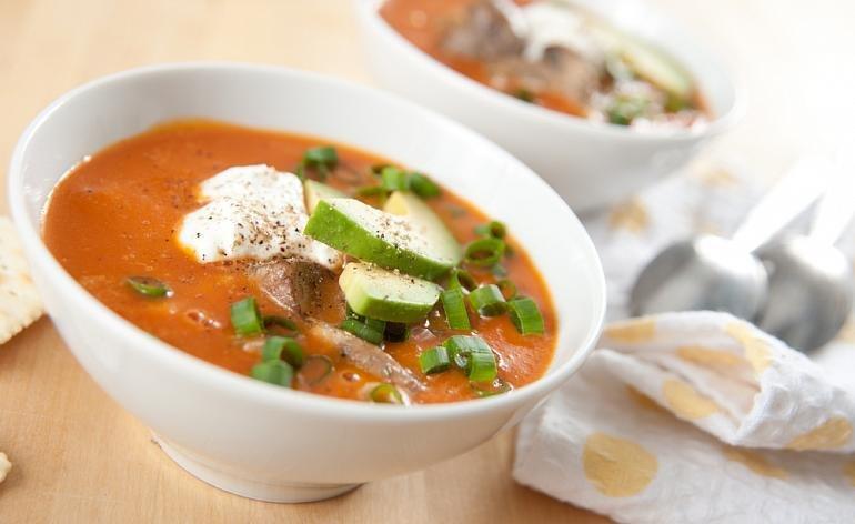Веганская вариация традиционного венгерского супа из грибов. Бульон получается разваренным и ароматным благодаря долгому томлению блюда на медленном огне, а «сметана» из кешью приятно смягчает насыщенный грибной вкус. Кстати, вы с легкостью можете заменить кешью на шелковый тофу!