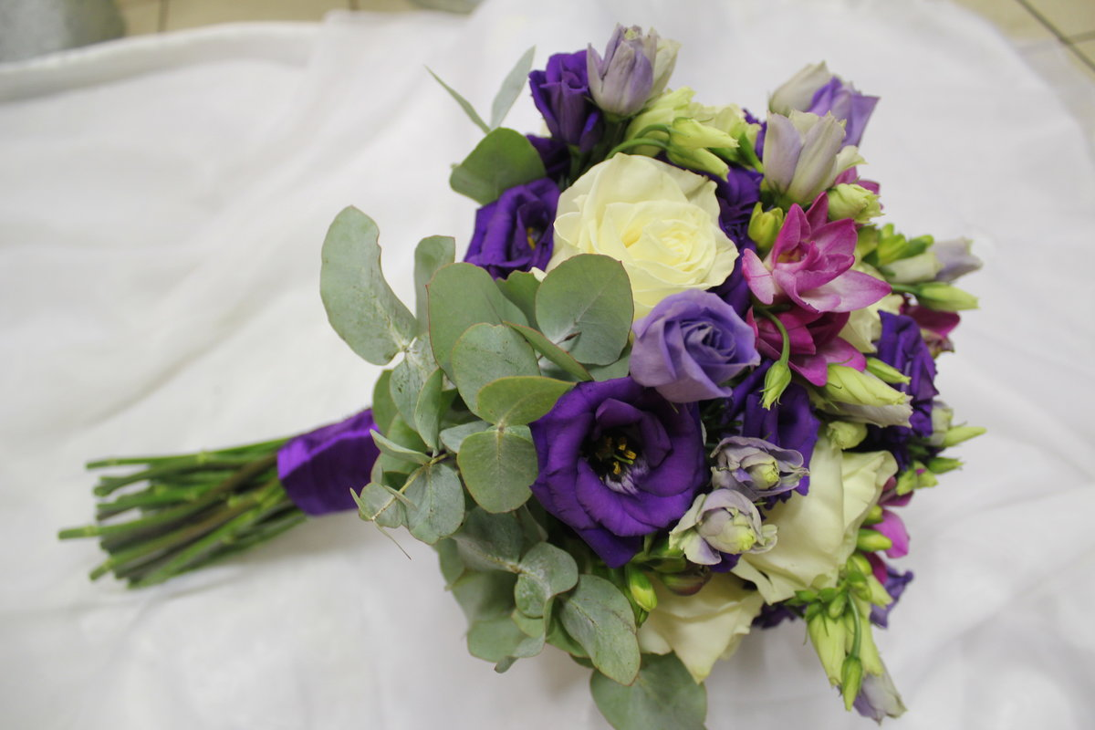 Букет невесты из эустомы лизиантус, цветы голландии